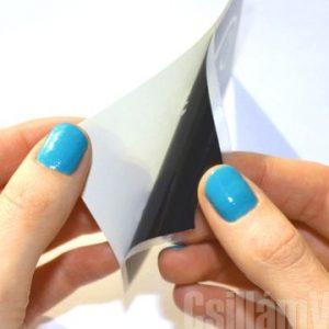 2. Leválasztás a papírról: Húzd le a sablont a fehér papírról.